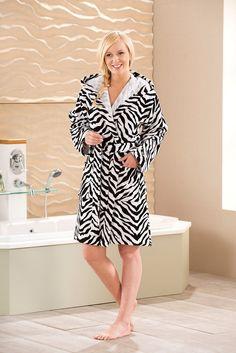 Besonderer Bademantel »Zebra« der Marke Chiemsee in tollem Zebrastreifen Design. Dieser schöne Velours-Bademantel aus 100% Baumwolle ist besonders hautfreundlich und pflegeleicht. Das Material eignet sich für die Maschinenwäsche bis 60°C und die Trocknung im Trockner. Highlights dieses Bademantels in schöner Kurzform sind die große Kapuze, die aufgesetzten Taschen und der Gürtel im Design des M...