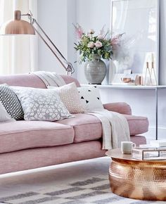 Une déco en rose et gris dans le salon | Shake My Blog Sofa Couch, Couch Set, Feng Shui, Pink Sofa, Pink Home Decor, Gris Rose, Home And Deco, Leather Sofa, Pastel Pink