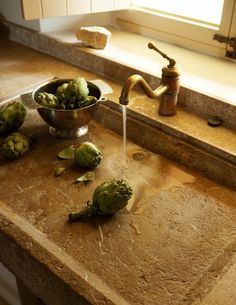 Rustic kitchen style A very interesting sink - imagine living in a kitchen with this. My Paradissi: Rustic kitchen style Kitchen Interior, New Kitchen, Kitchen Decor, Mediterranean Kitchen Sinks, Mediterranean Style, Stone Sink, Stone Kitchen Sink, Kitchen Basin, Rustic Kitchen Design