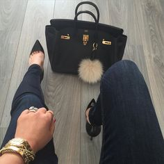 These Chanel bags are a bad habit. Elegant black chanel bag with fuzzy key chain Fashion Moda, Fashion Bags, Runway Fashion, Womens Fashion, Fashion Trends, Sacs Design, Toms Shoes Outlet, Curvy Petite Fashion, Spring Couture