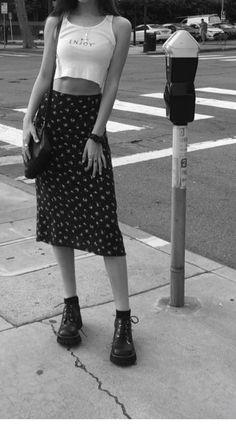 Jupe mi-longue, bottes et crop top - ChicLadies.uk, Jupe mi-longue, bottes et crop top - ChicLadies. Mode Outfits, Retro Outfits, Vintage Outfits, Casual Outfits, Fashion Outfits, Casual Dresses, Vintage Fashion 90s, Fashion Hacks, Fashion Quotes