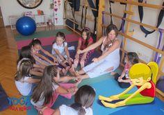 """En la postura de la pinza, o pachimothanasana, tu cuerpo invita a la mente a descansar. """"Yoga para niños"""", de Mariela Maleh y Daniela Méndez, Ediciones Urano. Patricia Iacovone Agente."""
