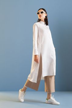 Kuaybe Gider - 5112 Tunik Beyaz in 2020 Street Hijab Fashion, Muslim Fashion, Modest Fashion, Hijab Street Styles, Hijab Styles, Mode Outfits, Casual Outfits, Fashion Outfits, Womens Fashion