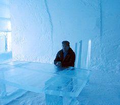ishotell-isbord.jpg (685×600) Och under ljuskronan finns ett bord i is där undertecknad satt och huttrade.