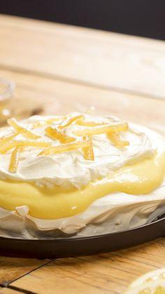 Pavlova ou Tarte Citron Meringuée ? En tout cas c'est le dessert citronné le plus gourmand que tu n'aies jamais mangé ! Best Lemon Meringue Pie, Meringue Recept, Brownie Recipe Video, Brownie Recipes, Köstliche Desserts, Delicious Desserts, Dessert Recipes, Homemade Cheesecake, Cheesecake Recipes