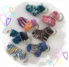 Mini- Söckchen als Schlüsselanhänger Fingerless Gloves, Arm Warmers, Crochet Necklace, Mini, Jewelry, Gowns, Baby Boy Dress, Bebe, Mittens