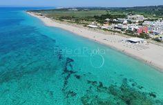 Torre Mozza, marina di Ugento. Spiaggia dorata, mare cristallino, una delle località più amate dai turisti che scelgono di trascorrere le vacanze sul mare di Puglia, nel Salento. #travel #beaches #Puglia #Salento #holidayrentals #perledipuglia