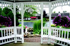 Old-fashioned quality is a highlight at Dutch Host Inn, which sits on beautiful grounds minutes from the center of Ohio's Amish Country.