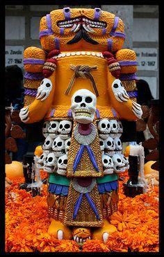 En todo México  se celebra el Día de Muertos, pero cada lugar tiene su tono particular a la hora de celebrar estas fiestas y la Ciudad de México no es la excepción, desde pequeños altares de muerto...