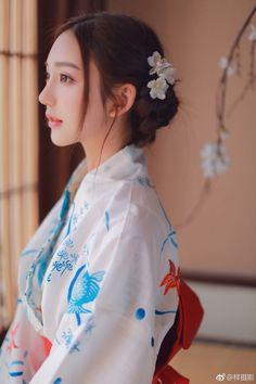 🎐浴衣🎐🌻Yukata🌻 Beautiful Japanese Girl, Japanese Beauty, Beautiful Asian Women, Asian Beauty, Kimono Japan, Japanese Kimono, Yukata, Geisha, Japon Tokyo