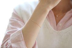 Die schönen Details! schöne und reserviert!! Aus den besten Zirkon statt Diamanten, Kosteneinsparungen, und optisch nicht schlechter als bei Diamant!!! Es ist so schön, Bling Bling sehr Glanz, werden eine Menge Aufmerksamkeit auf Sie. ✨ Dieser Kette ist sehr dünn, mit anderen Armbänder sind auch sehr gut auf der Suche!!!  【 materiell 】: 14k gold eingelegtes tschechischer Zirkon 【Size】: sehr dünn, Reihe von Diamanten und Kette Länge ca. 1,1 mm und 2 cm lang, die Gesamtlänge der Kette beträgt…