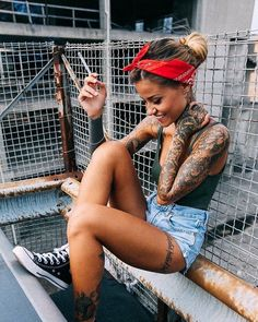 Likes: 22 commentaires - Chicks on Choppers & Caferacers🔹 ( . - Likes: 1 commentaires: 22 – Chicks on Choppers & Caferacers🔹 ( sur Insta - Hot Tattoo Girls, Tattoed Girls, Inked Girls, Hot Tattoos, Girl Tattoos, Mujeres Tattoo, Mode Rockabilly, Up Girl, Girl Face