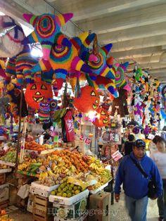 Piñatas en el mercado de Xochimilco.