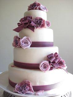 gâteau de mariage original décoré de fleurs et rubans en rose