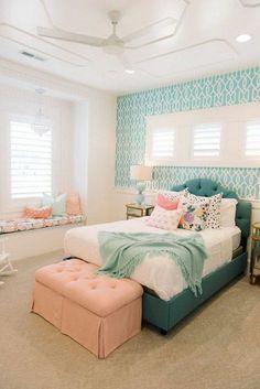 idée chambre ado fille, chambre en rose et bleu, banquette sous la fenêtre