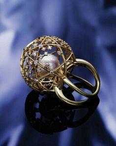 Original perla dentro de una esfera con pedrería.