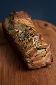 Ensinamos uma receita deliciosa de Pão de Puxar (pull apart bread) de Pesto, super fácil de fazer, com uma massa bem macia. Ideal para dividir com os amigos e tomar com um bom vinho!