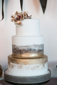 For this romantic industrial wedding inspiration Morgan Miller Photography decided to combine two seeming opposites. She chose to mix an industrial vibe which can sometimes give off a hard cold feel with a romantic style. And the combination couldnt Metallic Wedding Cakes, Painted Wedding Cake, Elegant Wedding Cakes, Cool Wedding Cakes, Wedding Cake Designs, Metallic Cake, Gold Wedding, Trendy Wedding, 2017 Wedding