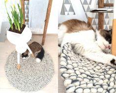 La combinación de estos dos #colores crea un efecto sorprendente. Cada una de las #bolas que componen esta #alfombra contiene una mezcla de ambos. #Sunita se integra a la perfección en cualquier #ambiente gracias a sus tonos #neutros. Es la alfombra ideal para aquéllos que buscan un #diseño discreto y #sencillo.