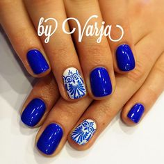 Blue nails with filigree accent nail. (by @varvarakravetc on IG)