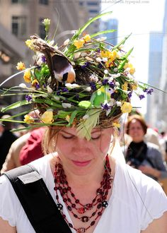 The Eggstraordinary Millinery Creations of the New York Easter Parade . Easter Hat Parade, Crazy Hats, Silly Hats, Funny Hats, Easter Eggs, Easter Bonnets, Run For The Roses, Spring Hats, Through The Looking Glass