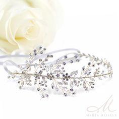 Romantikus stílusú, kézzel készített menyasszonyi hajpánt, melyet szalaggal rögzíthetsz. A fehér kristályok csodaszépen fognak csillogni menyasszonyi frizurádon  A szalagot akár le is lehet szedni róla, így akár konty köré is illeszthető. Nikkelmentes fémből készült, ezüst bevonattal, nem okoz allergiát.