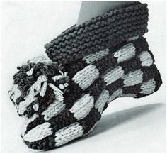Knitting Patterns Slippers Knit Slipper boots with a checkerboard pattern, cuffs and a large pompom. What more could a girl wa… Knitting Patterns Free, Knit Patterns, Free Knitting, Knitted Booties, Knitted Slippers, Knitted Poncho, American Threads, Slipper Boots, Vintage Knitting