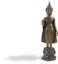 800 - 1000  10 juin THAÏLANDE - XVIIIe siècle  Statuette de bouddha debout sur le lotus en bronze à patine brune.  Hauteur : 61,5 cm Standing Buddha Statue, Th 5, Art Africain, Objet D'art, Buddhism, Laos, Statues, Auction, Bronze