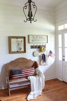 🌟Tante S!fr@ loves this 📌🌟 You won't believe how cheap and easy it is to decorate for of July! I'm sharing some inspiration for vintage inspired Fourth of July Decor on a budget. Shabby Chic Vintage, Vintage Farmhouse Decor, Shabby Chic Homes, Shabby Chic Decor, Vintage Decor, Fresh Farmhouse, Farmhouse Ideas, Vintage Style, Easy Home Decor