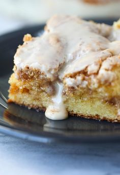 Easy Cinnamon Roll Cake is absolute perfection. Simple to make, crazy delicious loaded with cinnamon sugar and covered in sweet icing! This cake is easily a favorite in my house. I actually thought I had shared the recipe for this cake a long time ago…tur Delicious Cake Recipes, Cake Mix Recipes, Yummy Cakes, Sweet Recipes, Cookie Recipes, Dessert Recipes, Cake Mixes, Dinner Recipes, Cheap Recipes