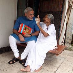 Narendra Modi speaks with his 92 year old mother Heera Ba in Gandhinagar Rare Pictures, Rare Photos, Modi Narendra, King Of India, Indian Flag Wallpaper, Indian Freedom Fighters, Indian Army Quotes, Morning Prayer Quotes, History Of India