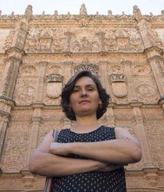 La profesora de música, Amaya Pérez, ha estudiado la teoría sobre la armonía musical de la fachada de universidad de Salamanca. (Foto: David Arranz)