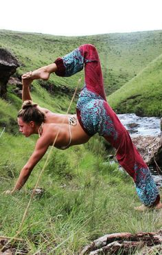 With big bursts of blue buzzing about our fire & ice Honey Hive harem pants, these pants are as visually moving as a bustling hive. Hand-dyed reds and blues intricately interplay, making for yoga pant