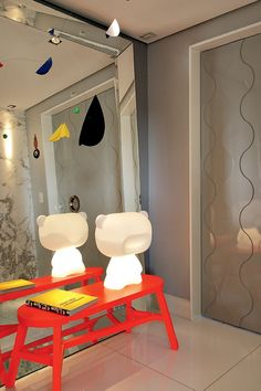 Banco de Tom Dixon. A decoração deste canto abarca também toy art da Ouvidor Interiores e espelho da Artefacto.