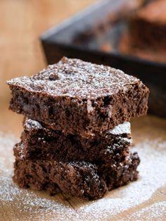Zwei Zutaten - mehr braucht es nicht um die schnellsten Brownies der Welt zu backen. Das Beste: Für dieses Brownie Rezept habt ihr alles zu Hause.