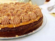Chokladkaka med dulce de leche och jordnötter | Recept från Köket.se