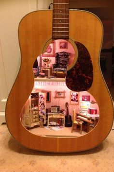 Ein Puppenhaus in einer Gitarre verbaut Broken guitar at home? What to do with it? Lorraine from Fairy Meadow Miniatures has an idea. Vitrine Miniature, Miniature Rooms, Miniature Crafts, Miniature Houses, Diy Dollhouse, Dollhouse Miniatures, Dollhouse Design, Barbie Miniatures, Broken Guitar