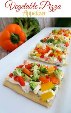 Looking for an easy Vegetable Appetizer? This Healthy Vegetable Pizza Appetizer is easy to make and a real crowd pleaser. Grab some crescent rolls, cream cheese, sour cream and lots of fresh vegetables. Made in 20 minutes Vegetable Appetizers, Pizza Appetizers, Appetizer Recipes, Dinner Recipes, Pizza Legume, Veggie Pizza, Healthy Snacks, Healthy Eating, Healthy Recipes