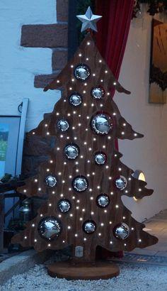 Der Christbaum ist ca. 180 cm hoch hat 100 LEDs u. The Christmas tree is about 180 cm high has 100 LEDs u. Picnic Decorations, Wooden Christmas Decorations, Pallet Christmas Tree, Christmas Wood, Xmas Tree, Christmas Projects, Simple Christmas, Christmas Ornaments, Christmas Stuff