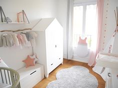 Une armoire blanche en forme de cabane maison