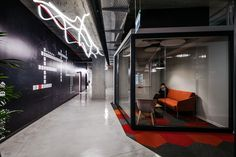 Setter Architects has developed the new offices of semiconductor research and development firm Broadcom located in Yakum, Israel. Broadcom is an Architecture Office, Architecture Details, Visual Merchandising, Industrial Office Design, Office Pictures, Reception Design, Branding, Workplace Design, Design Blog