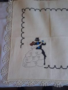 Pareja de novios Folk Embroidery, Cross Stitch Embroidery, Saree Painting Designs, Unique Romantic Gifts, Cross Stitch Material, Wedding Cross Stitch Patterns, Personalized Wedding Gifts, Paint Designs, Cross Stitching