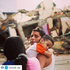 #Repost @unicef_es  Hay más de 150.000 niños damnificados más de 140 escuelas dañadas o destruidas y empiezan a escasear el agua y los alimentos. Estamos ayudando a los niños afectados por el terremoto en Ecuador. Pincha en el enlace de nuestra bio.  Fotografía de AP/Carlos Sacoto  #Ecuador #prayforecuador #terremoto #emergencia #UNICEF
