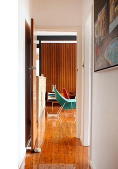 Today we'll show you Tim Ross' house, an Australian comedian and mid-century modern enthusiast, living in a original mid-century modern house in Sydney. Flat Roof House, Timber Panelling, Man Of The House, The Design Files, Australian Homes, Mid Century House, Mid Century Modern Design, Mid-century Modern