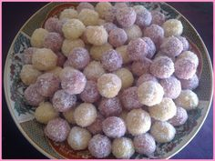 Voici les derniers de le journée, les boules à la noix de coco enrobées de confiture, un délice... Ingrédients pour 500g de pâte : 3 oeufs 250 ml d'huile 2 sachets de sucre vanille 1 sachet de levure chimique 100g de maizena 90g de sucre glace 100g de...