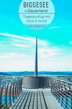 Der Biggesee im Sauerland ist das perfekte Ziel für einen Tagesausflug in NRW. Von Köln nach Attendorn ist es gerade einmal 1 Stunde Fahrtzeit mit dem Auto und schon ist man mitten im grünen Sauerland. Der Panoramablick von der Aussichtsplattform Biggeblick ist fantastisch. Nach einem Spaziergang über den Biggedamm gehts dann zur Schifffahrt auf dem Biggesee, bevor wir zum Abkühlen in den See hinein springen.