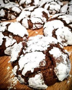 Popraskané čokoládové keksíky - Receptik.sk Chocolate Crinkles, Cookies, Desserts, Instagram, Food, Crack Crackers, Tailgate Desserts, Deserts, Chocolate Crinkle Cookies