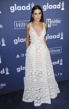 Lea Michele con vestido blanco calado  con pronunciado escote, de Elie Saab.