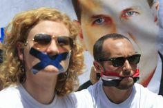 Correspondentes internacionais protestam em frente à embaixada egípcia em Nairóbi, no Quênia, contra a prisão de jornalistas no Egito - http://epoca.globo.com/tempo/fotos/2014/02/fotos-do-dia-4-de-fevereiro-de-2014.html (Foto: EFE/Dai Kurokawa)