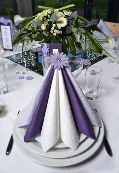 Her er det 3 farger Dinner Table Design, Floral Wedding, Wedding Colors, Purple Table, Deco Originale, Christmas Table Settings, Napkin Folding, Table Arrangements, Deco Table